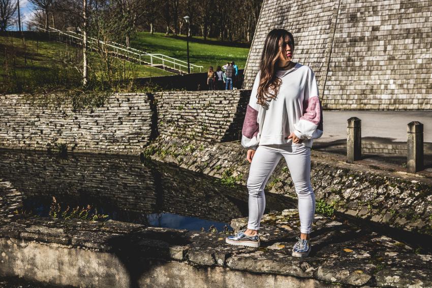 pantalón blanco y jersey rosa y blanco