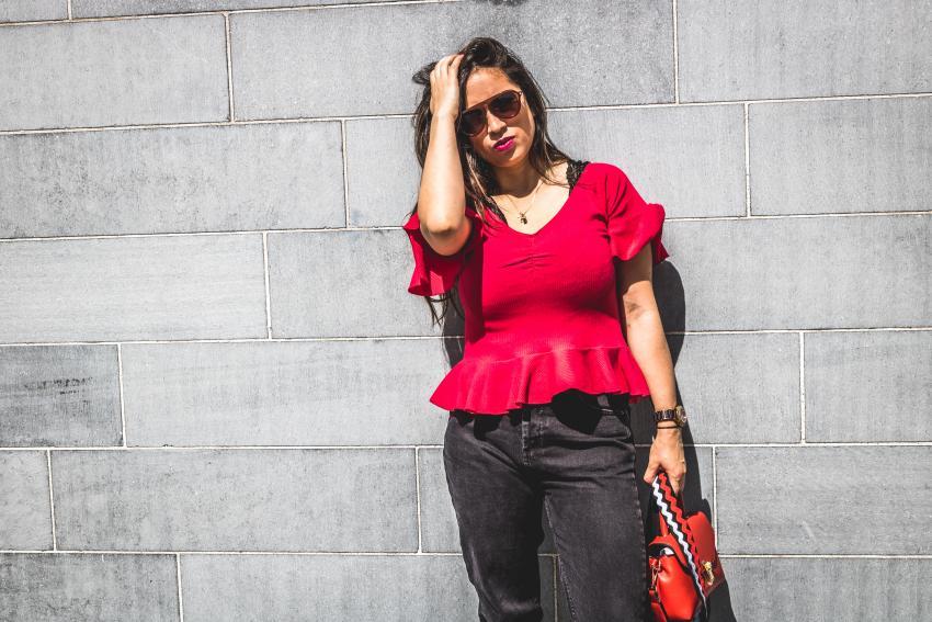 camisa con volantes rojos