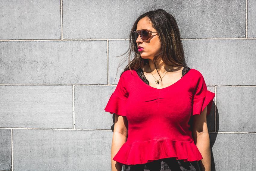 jean y camiseta roja